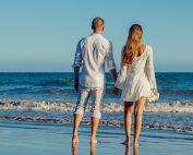 мъж и жена на море